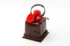 Gâteau de biscuit avec des macarons en chocolat avec la cerise Photo stock
