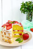 Gâteau de biscuit avec les fraises et la crème fraîches sur un fond en bois blanc Photos libres de droits