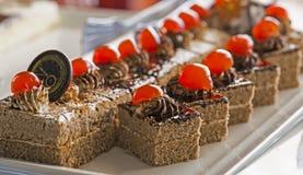 Gâteau de biscuit, décoré du chocolat crème et blanc d'un plat blanc Foyer sélectif Images libres de droits
