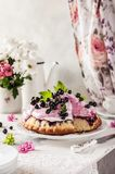 Gâteau de Blackberry avec l'écrimage de guimauve Image stock