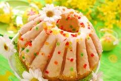 Gâteau de boucle de Pâques avec la glaçure photographie stock libre de droits