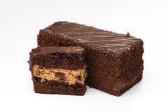Gâteau de Brown avec de la crème remplissant de fruit et de chocolat Photos stock