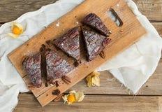 Gâteau de 'brownie' de noix de pécan avec le coqueret comestible images stock