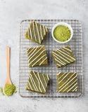 Gâteau de 'brownie' de thé vert de Matcha avec du chocolat blanc sur un espace en pierre gris de refroidissement de copie de vue  Photographie stock