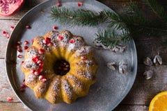 Gâteau de Bundt avec la grenade et l'orange fraîches image stock