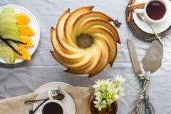 Gâteau de Bundt avec le lustre de sucre et de chocolat sur le fond blanc Photographie stock libre de droits