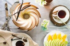 Gâteau de Bundt avec le lustre de sucre et de chocolat sur le fond blanc Images libres de droits