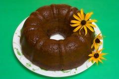 Gâteau de Bundt de chocolat d'isolement sur le fond vert photo stock