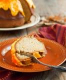 Gâteau de Bundt d'épice de potiron avec le givrage de fromage fondu Images libres de droits