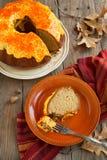 Gâteau de Bundt d'épice de potiron avec le givrage de fromage fondu Photographie stock libre de droits