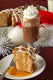Gâteau de bundt d'Apple et chocolat chaud Photographie stock libre de droits