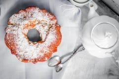 Gâteau de Bundt sur le fond en bois rustique Photo libre de droits
