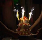 Gâteau de célébration avec des bougies et des cierges magiques de gâteau Photos stock