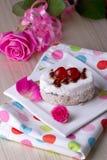 Gâteau de célébration avec des cerises Images stock