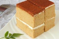Gâteau de café délicieux avec la garniture et la fourchette blanches de repas Photographie stock
