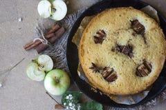 Gâteau de cannelle d'Apple, bâtons de cannelle, pommes sur la configuration d'appartement de table photo libre de droits