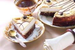 Gâteau de cappuccino avec le biscuit de chocolat Photographie stock