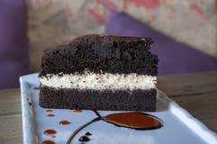 Gâteau de caramel avec de la sauce à caramel image libre de droits