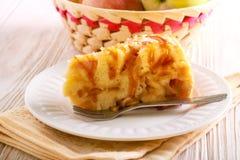 Gâteau de caramel d'Apple et de caramel, découpé en tranches Photos stock
