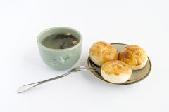 Gâteau de chinois traditionnel avec le thé photos stock
