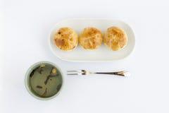 Gâteau de chinois traditionnel avec le thé images stock