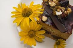 Gâteau de Choco décoré des fleurs Image libre de droits