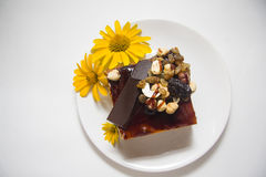 Gâteau de Choco décoré des fleurs Photographie stock
