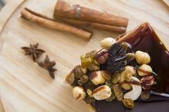 Gâteau de Choco de plat en bois Images stock