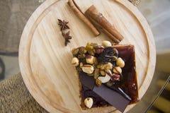 Gâteau de Choco de plat en bois Photographie stock libre de droits