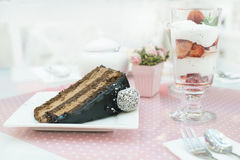 Gâteau de Choco et un milkshake en confiserie Photo stock
