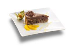 Gâteau de chocolat avec des écrous et des tranches oranges Images stock