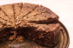 gâteau de chocolat avec des amandes sur un support Photo stock