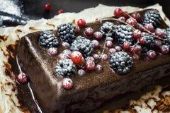 Gâteau de chocolat avec des baies d'été images stock
