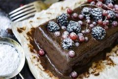 Gâteau de chocolat avec des baies d'été photographie stock