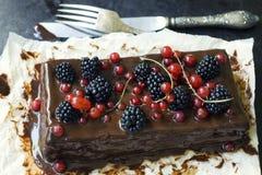 Gâteau de chocolat avec des baies d'été photographie stock libre de droits