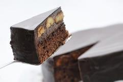 Gâteau de chocolat avec des bananes sur la cuillère en métal, gâteau d'anniversaire du plat blanc, pâtisserie, photographie pour  Image stock