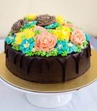 Gâteau de chocolat avec des fleurs de buttercream Photo libre de droits