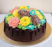 Gâteau de chocolat avec des fleurs de buttercream Photo stock