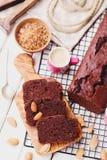 Gâteau de chocolat avec du café et des amandes photographie stock