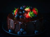 Gâteau de chocolat avec du chocolat Gananche images stock