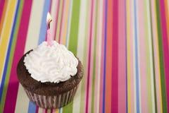 Gâteau de chocolat avec la bougie rose Image libre de droits