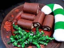 Gâteau de chocolat avec la canne cany de Noël Photographie stock libre de droits
