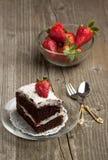 Gâteau de chocolat avec la fraise photographie stock