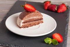 Gâteau de chocolat avec la fraise sur la table en bois, horizontale Image libre de droits