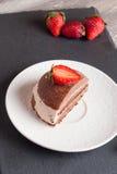 Gâteau de chocolat avec la fraise sur la table en bois, verticale Photo libre de droits