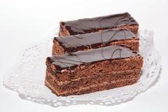 Gâteau de chocolat avec la glaçure de crème et de chocolat images stock