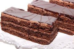 Gâteau de chocolat avec la glaçure de crème et de chocolat image libre de droits