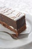 Gâteau de chocolat avec la glaçure de sucre blanc images libres de droits