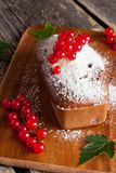 Gâteau de chocolat avec la groseille rouge, verticale Image libre de droits