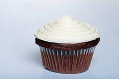 Gâteau de chocolat avec le givrage de vanille image libre de droits